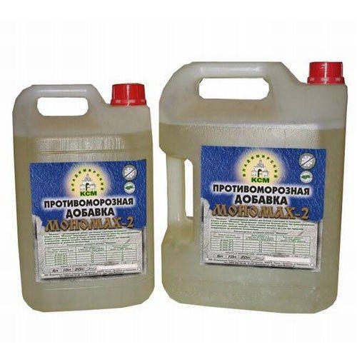 На фото показаны жидкие противоморозные добавки.