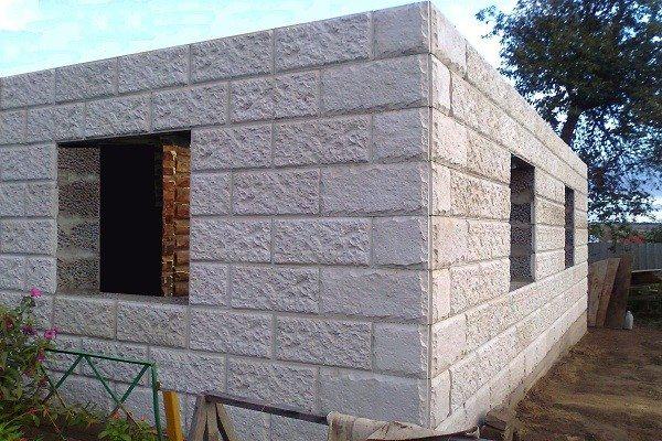 На фото постройка из керамзитобетонных блоков - вид снаружи