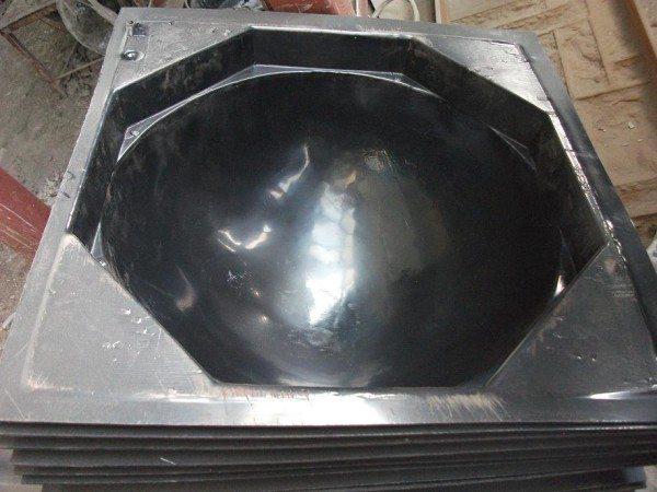 На фото представлены формы для бетонных полусфер.