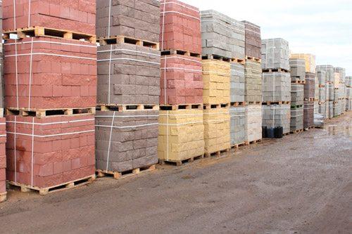 На фото пример складирования готовых керамзитных блоков
