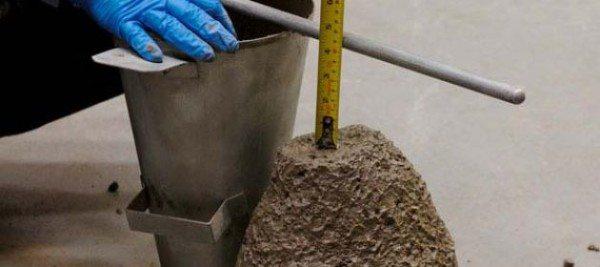 На фото: профессионалы проверяют консистенцию специальными методами, при самостоятельном замешивании нужно регулировать количество воды самостоятельно