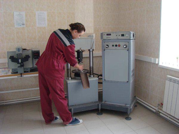 На фото: точно определить марку бетона могут только лабораторные испытания