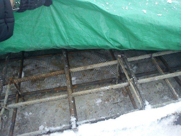 На фото укрытие бетона пленкой.