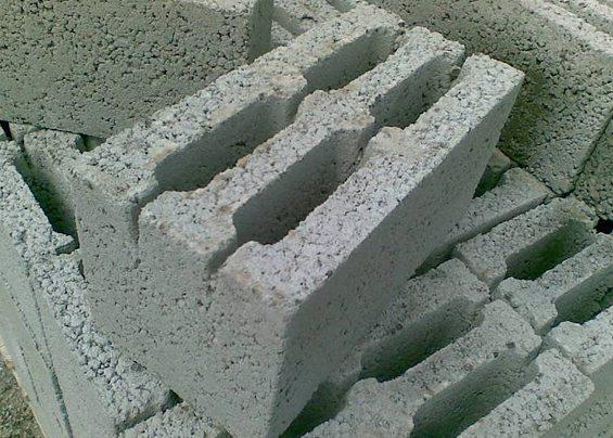 На фото видна крупнозернистая структура материала.