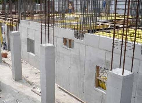 На фото: возвести дом из монолитного бетона гораздо сложнее, чем кажется на первый взгляд, но получаемый результат с лихвой окупит все усилия