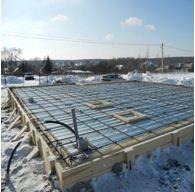 На фото - зимнее строительство горизонтальных перекрытий укрывным способом