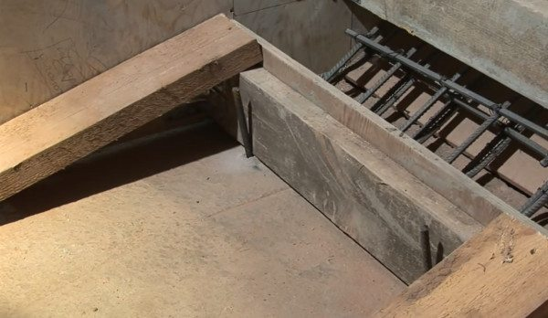 На фотографии хорошо просматривается арматурный каркас и его нижний фиксатор, который одновременно служит бортиком нижней ступени