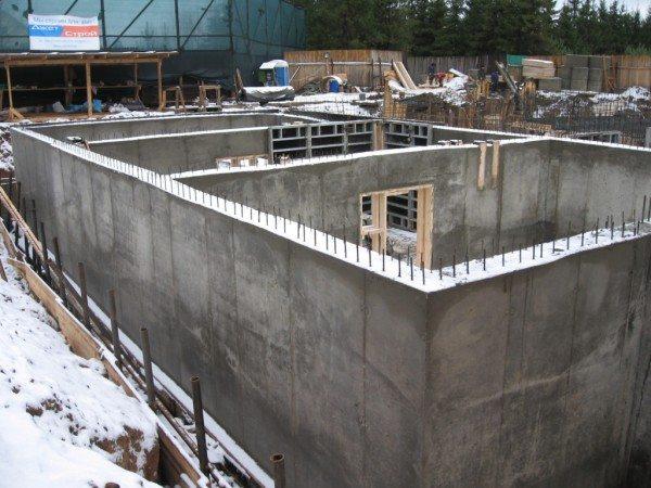 Наглядный пример: монолитная стена охлаждается с обеих сторон.