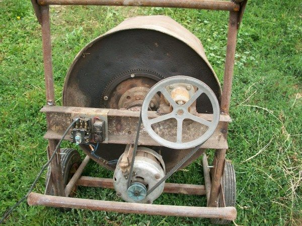 Наличие колес позволяет опрокинуть бак и выгрузить раствор