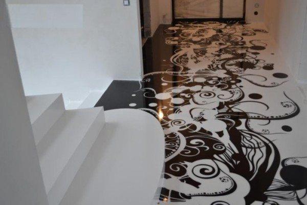 Наливной пол в коридоре с эффектным рисунком.