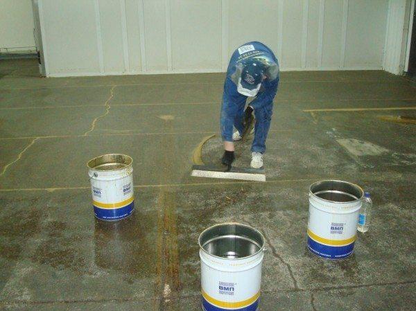 Нанесение акрилового компонента на бетонную поверхность