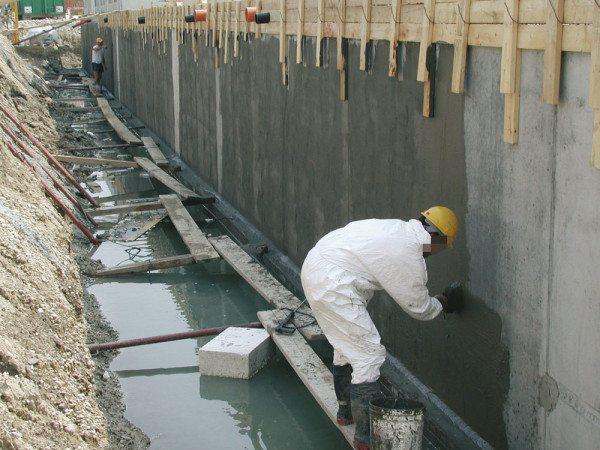 Нанесение гидроизоляционной смеси на бетонную стену