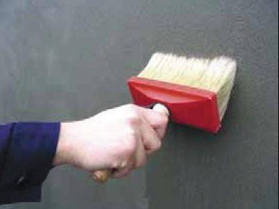 Нанесение грунтовки на бетонный потолок