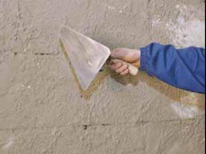 Нанесение штукатурки позволит защитить пористую структуру от проникновения влаги