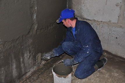 Нанесение влагостойкого раствора на стены подвала
