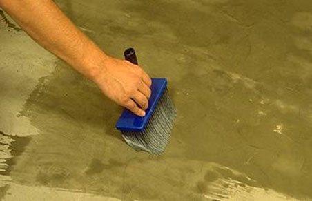 Нанесение жидкого стекла на бетонную поверхность