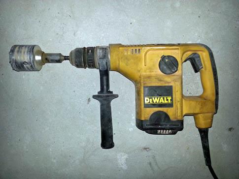 Насадка для сверления отверстий большого диаметра называется коронкой и ее часто используют для монтажа коробок под электрическое оборудование