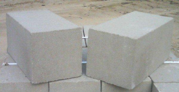 Небольшие бетонные блоки 20х20х40 для фундамента