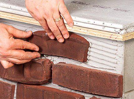 Некоторые мастера предпочитают использовать для данных целей искусственный камень, который фиксируют прямо на поверхности блока с использованием специальных смесей