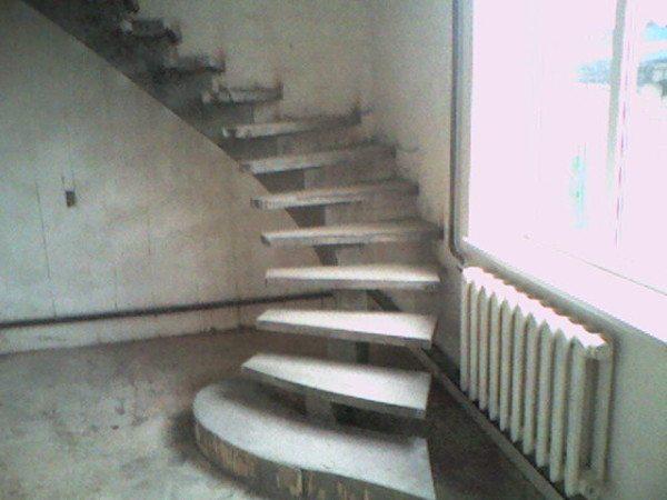 Некоторые подобные изделия имеют в своей основе прочный металлический каркас, который сам фактически является лестницей, а из бетона заливают только ступени и декоративные элементы