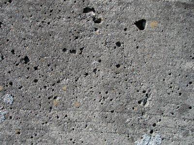 Неоднородная бетонная поверхность