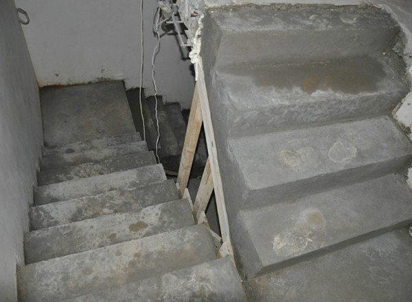 Неотделанная бетонная лестница