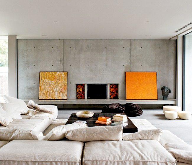 Неотделанные бетонные стены в интерьере современной гостиной.