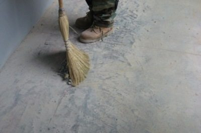 Обеспыливание бетонного пола своими руками и веником