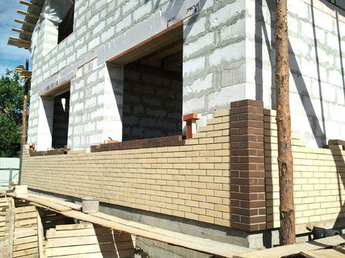 Облицовка дома из газобетона кирпичом – наиболее надежный способ защиты блоков.