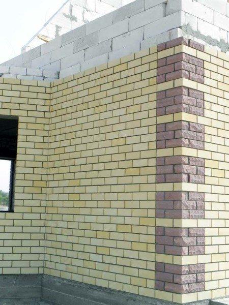 Облицовочный кирпич – наиболее распространенный способ отделки фасадов.