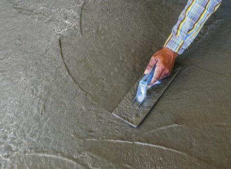 Обрабатывать следует еще влажный бетон.