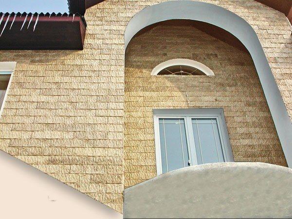Обшитый бетонным сайдингом фасад здания