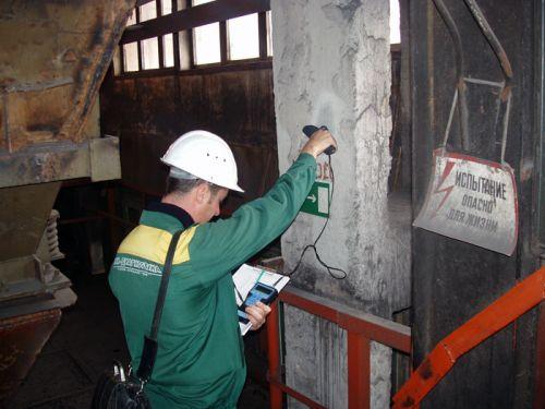Обследование производят опытные инженеры с применением сложной аппаратуры.