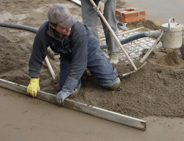 Обустройство бетонного пола требует выполнения определенной техники.