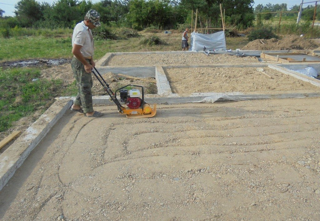 Обустройство гравийно-песчаной подушки.