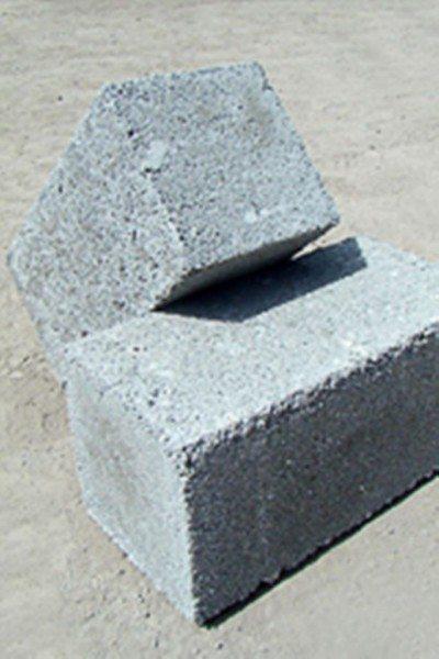 Обычно под данным названием понимают материал, предназначенный для возведения стен или их отделки, хотя на самом деле существует масса его различных видов