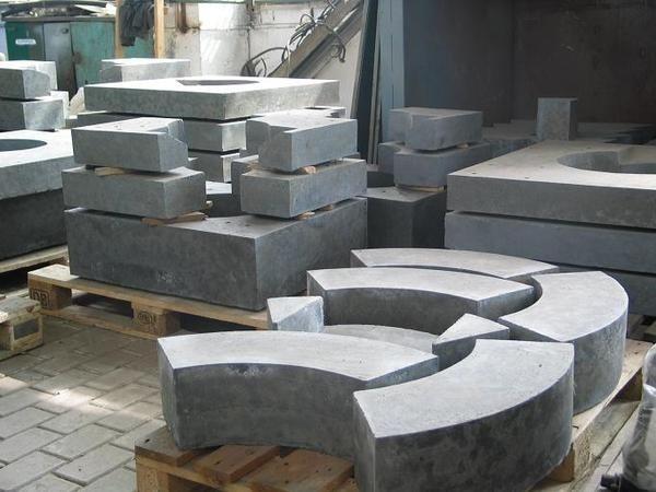 Обычно при изготовлении такого состава его сразу разливают по формам, чтобы получить конкретное изделие, а заливка поверхностей используется очень редко