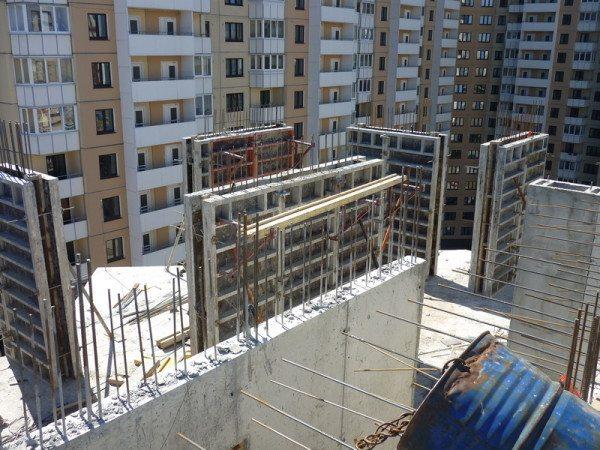 Обычный цементно-песчаный раствор без арматуры не обладает нужной прочностью, вот почему присутствие армокаркаса просто обязательно при бетонировании