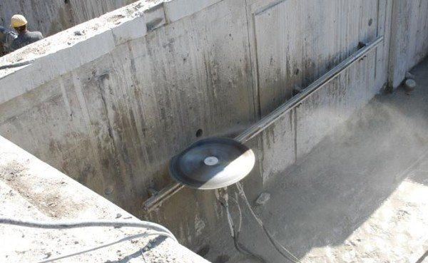 Один из вариантов алмазной резки уже готового бетонного фундамента