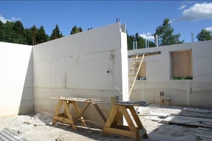 Однородная структура позволяет гарантировать отсутствие щелей и полостей в стенах