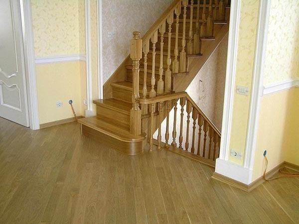 Отделанная деревом готовая лестница
