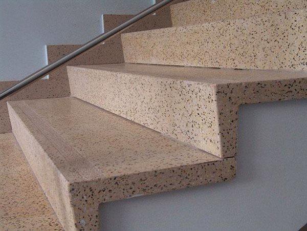Отделанная камнем лестница