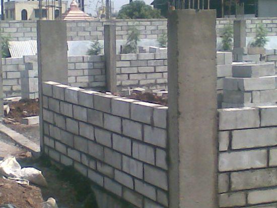 Пеноблоки, заложенные в промежутки между колоннами монолитного каркаса