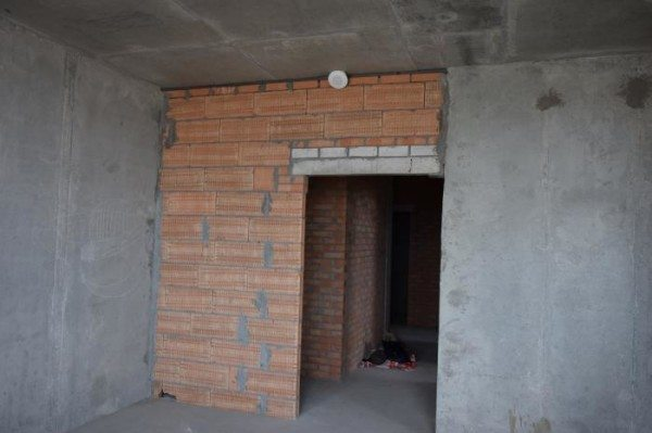 Перед нанесением каких-либо отделочных материалов покройте поверхность стены грунтовкой