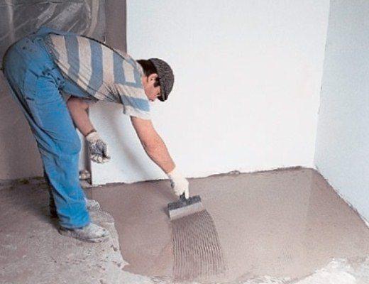Перед тем, как настелить ламинат на бетонный пол, его требуется выровнять