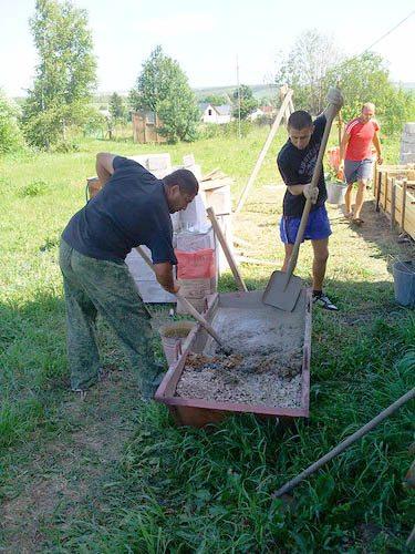 Перемешивание раствора лопатами.
