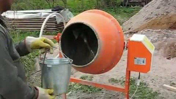 Первым делом в барабан набирают воду.