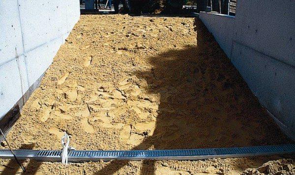 Песчаная засыпка перед обустройством наклонной стяжки