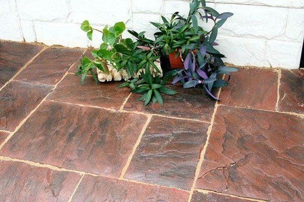 Плитка, декорированная под натуральный камень.