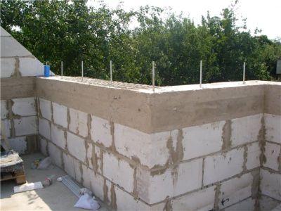Под мауэрлат по верхнему краю стен уложен железобетонный пояс.